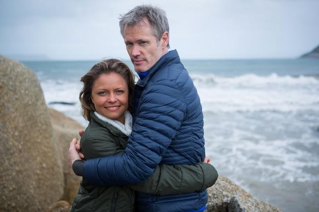 Coppia abbracciati in spiaggia