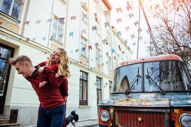 Coppia godendo all'aperto in un ambiente urbano