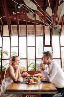 Coppia godendo appuntamento romantico