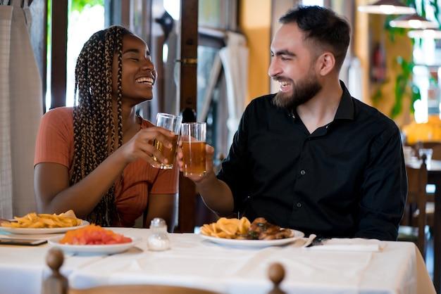 Coppia che si diverte e trascorre del tempo mentre pranza insieme in un ristorante. concetto di relazione.
