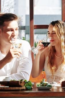 Coppia godendo gustoso vino
