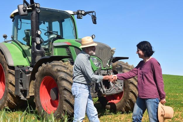 Una coppia di contadini che si stringono la mano