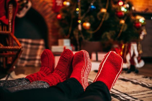 Piedi di coppia in calzini rossi allegri, natale