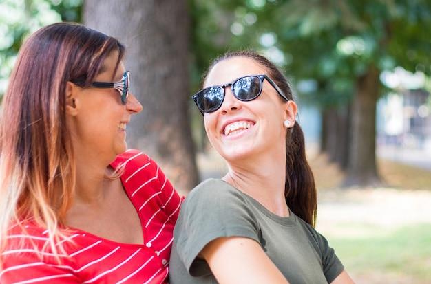 Coppia di amici sorride e si diverte all'aperto
