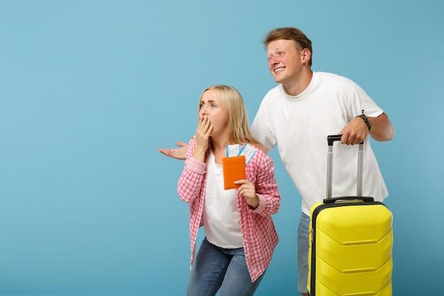 Coppia amici ragazzo e donna in posa di magliette rosa bianche