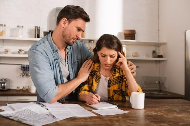 La coppia ha un problema con le bollette. concetto di difficoltà economiche e fallimento