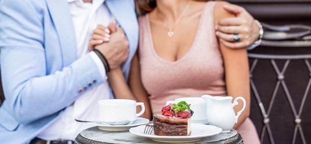 Coppia nel prendere un caffè nella caffetteria. bevendo caffè. coppia romantica seduta