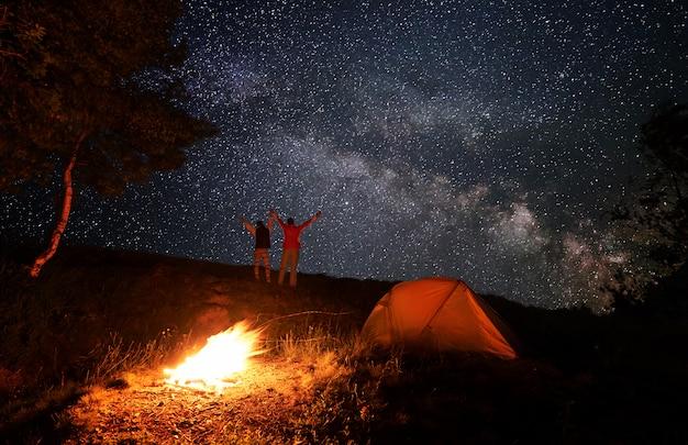 Coppia di escursionisti di notte in campagna