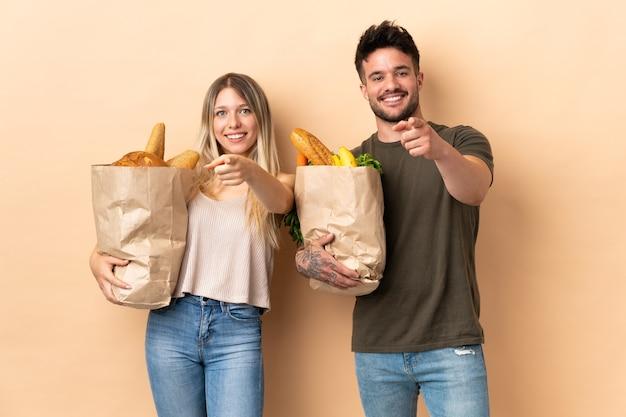 Coppie che tengono i sacchetti della spesa della drogheria