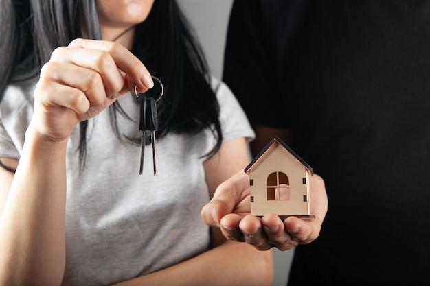 Coppia in possesso di casa e chiavi