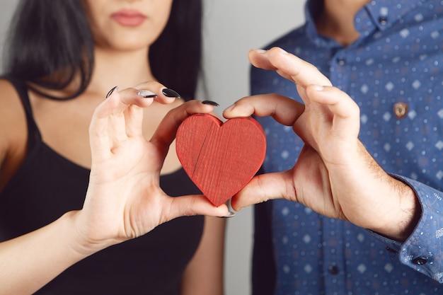 Coppia in possesso di un cuore rosso
