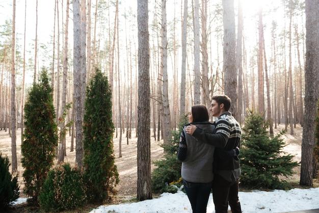Coppia che abbraccia la foresta di againsr