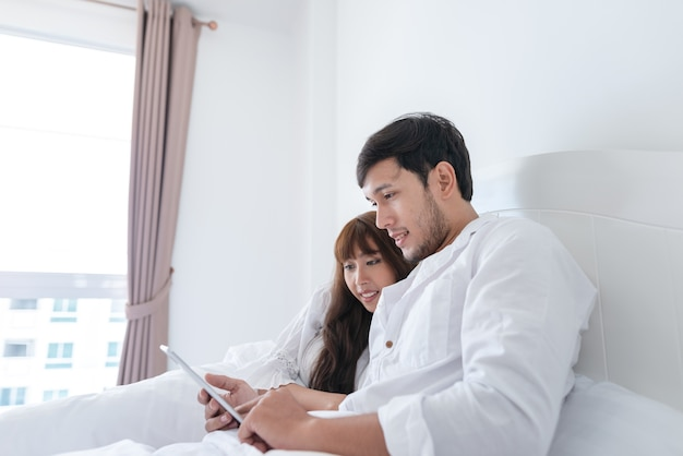 La coppia sta usando la compressa a letto.