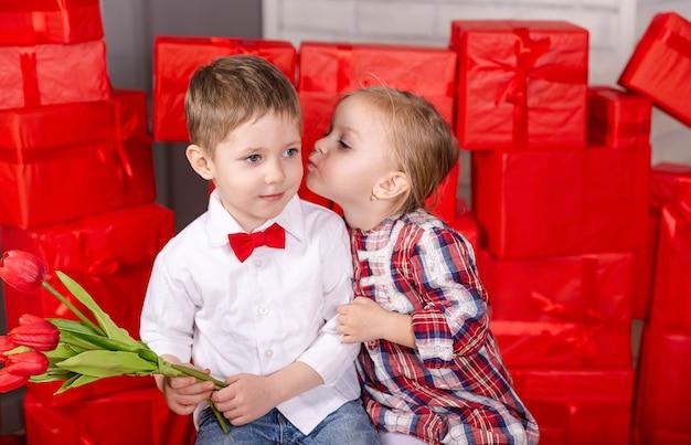 Coppia di bambini che si baciano romantico incontro di due bambini