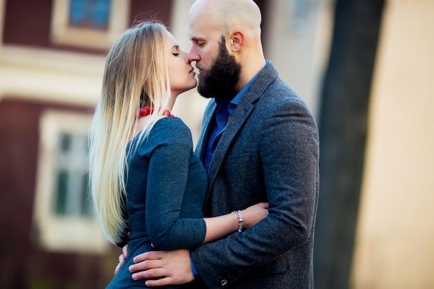 Coppia baciare felicità divertimento. giovani coppie interrazziali che abbracciano ridendo alla data. uomo caucasico, donna a manhattan, new york city, stati uniti d'america.