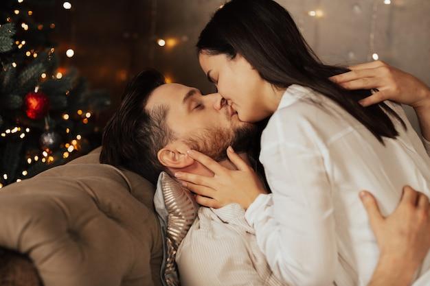 Coppia che si bacia a casa