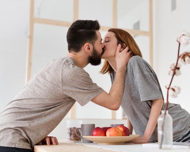 Coppia baciarsi al mattino