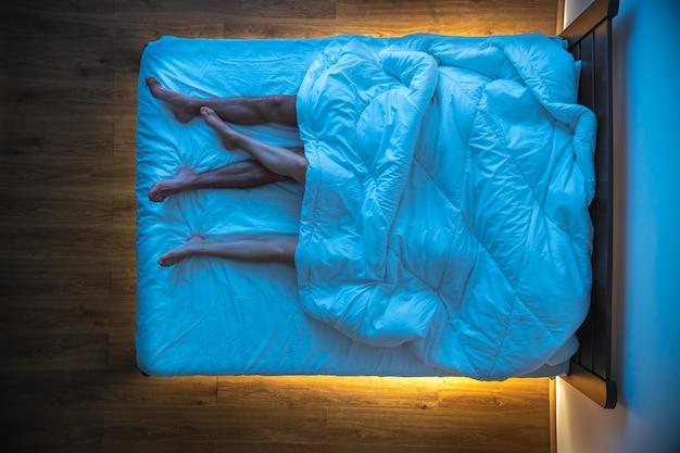La coppia sdraiata sotto una coperta. sera notte, vista dall'alto