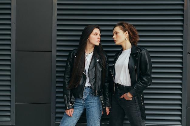 Coppia di ragazze lesbiche in vestiti alla moda