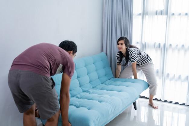 Coppia sollevare un divano e trasferirsi in una nuova casa