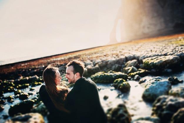 Ricerca delle coppie a vicenda su una spiaggia