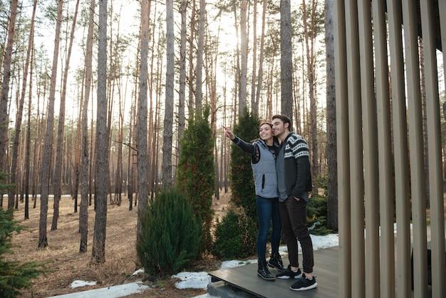Coppia cerca nella foresta