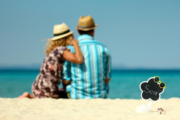 Coppia innamorata in spiaggia d'estate