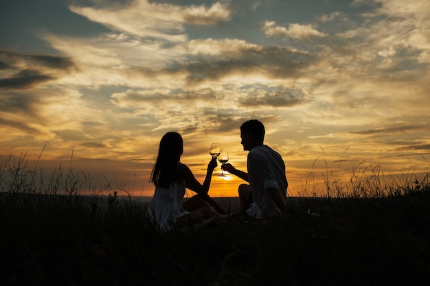 Coppia in amore bevendo champagne e celebrando il loro amore