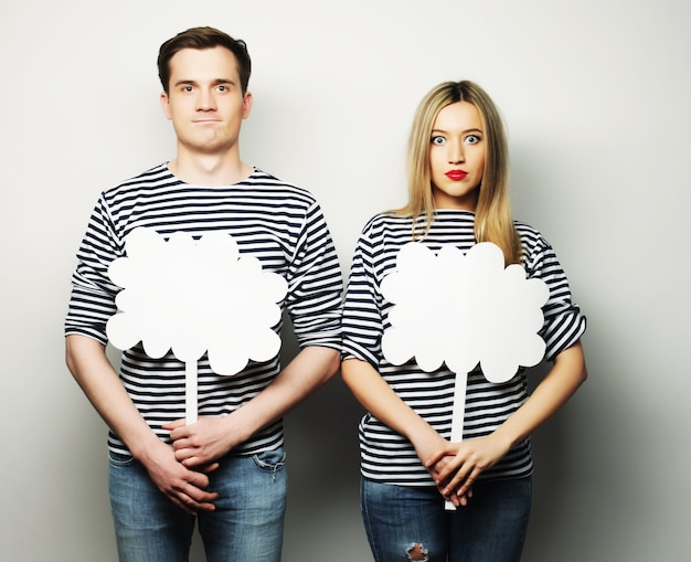 Coppia, amore e concetto di famiglia: coppia amorosa che tiene carta bianca sul bastone.