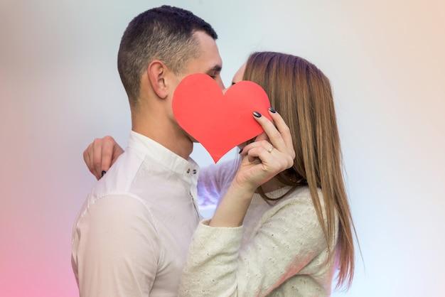 Coppia innamorata che tiene cuore rosso. amore e appuntamenti, celebrazione di san valentino