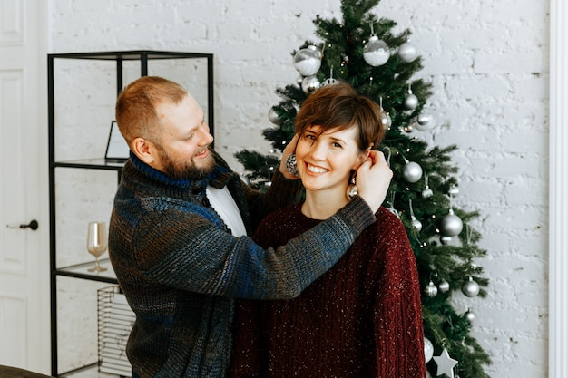 Coppia innamorata a casa nel periodo natalizio