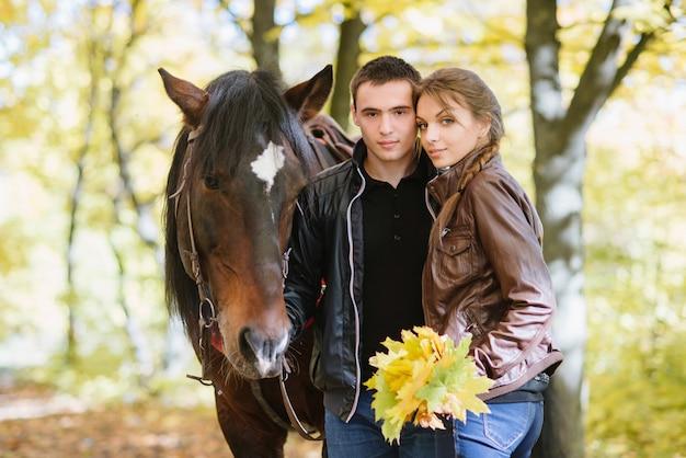 Coppia in amore, equitazione, tenerezza, foresta