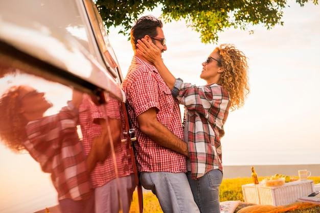 Coppia innamorata si abbraccia durante un picnic e un viaggio di vacanza
