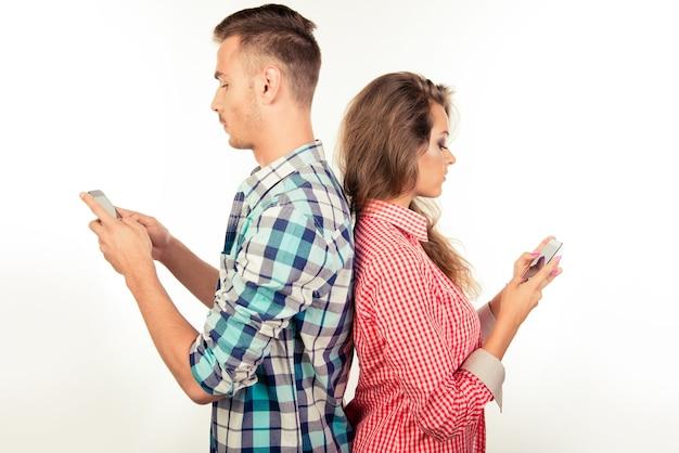 Coppia in amore ignorandosi a vicenda con i telefoni