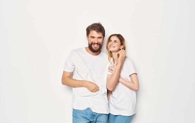 Coppia in amore uomo e donna sfondo chiaro emozioni divertenti gli stessi vestiti