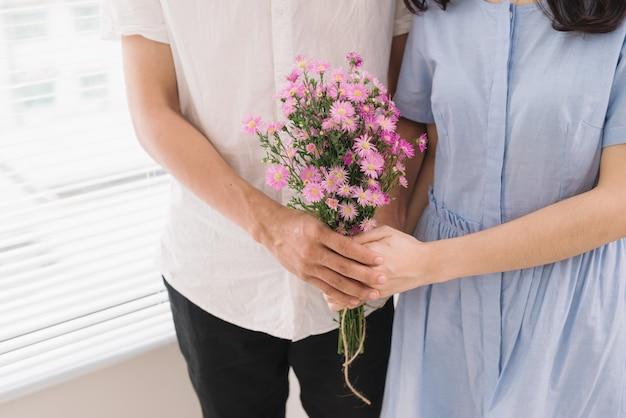 Coppia innamorata. uomo romantico che regala fiori alla sua ragazza
