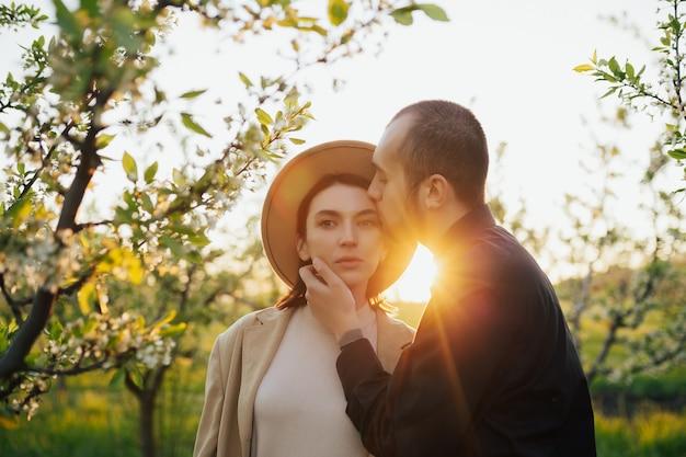 Coppia innamorata in un giardino in fiore primaverile