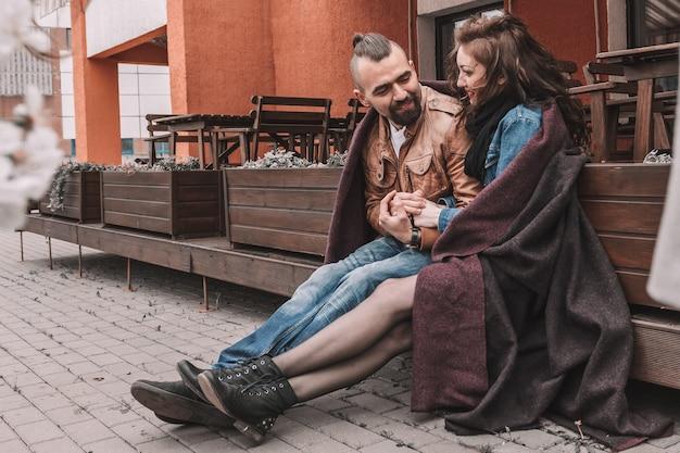 Coppia in amore a parlare, tenendosi per mano. storia d'amore