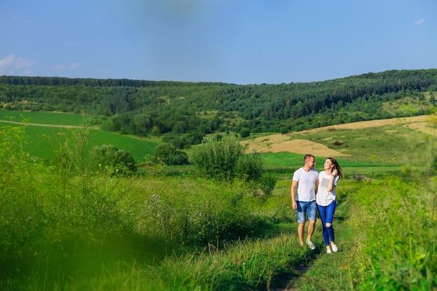 Coppia in amore che cammina nel campo