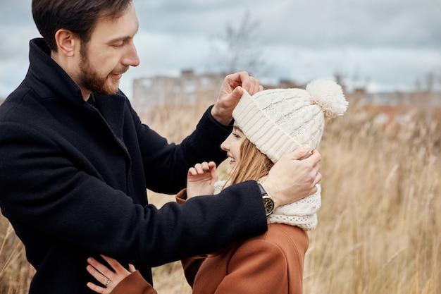 Coppia innamorata che cammina nel parco, il giorno di san valentino. un uomo e una donna si abbracciano e si baciano, una coppia innamorata, teneri sentimenti e amore, amanti