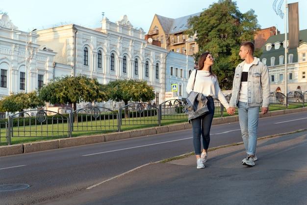 Coppia innamorata passeggia per la città vicino a splendidi edifici. appuntamento al buio