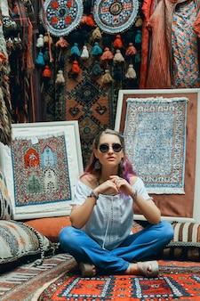 Coppia innamorata passeggiate e abbracci al mercato dei tappeti orientali. un uomo e una donna scelgono un tappeto turco