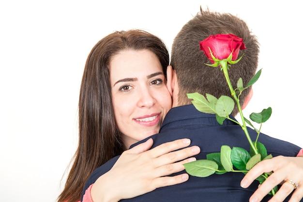 Coppia in amore con una rosa rossa