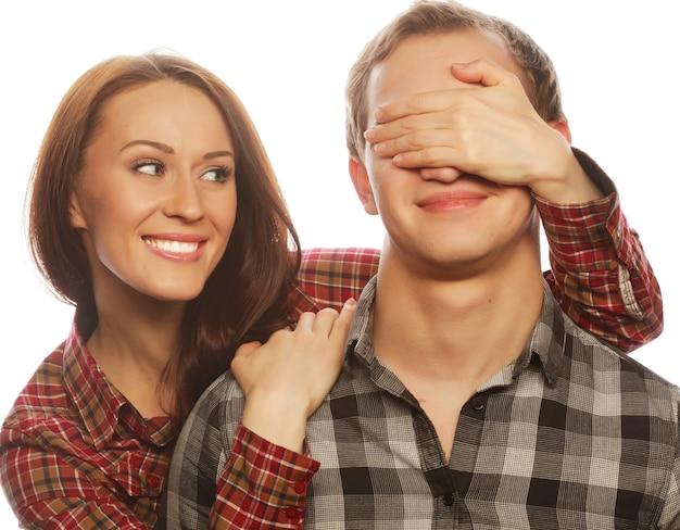 Coppia innamorata. giovane donna che chiude gli occhi del suo ragazzo.