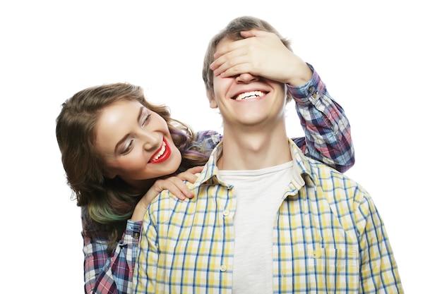Coppia in amore. giovane donna che chiude gli occhi del suo ragazzo.