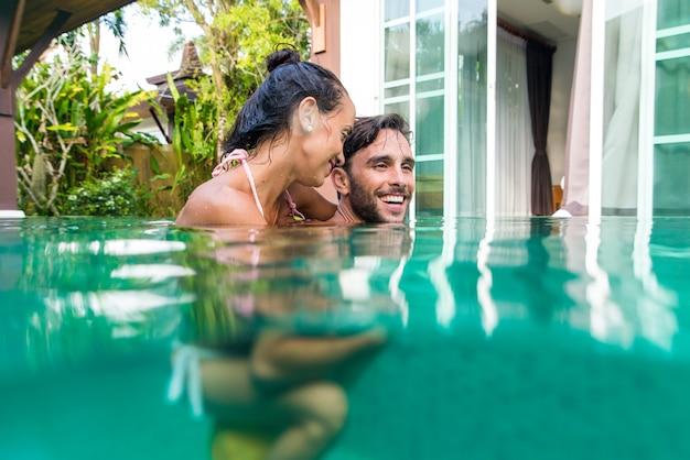 Coppia di innamorati in una bellissima villa con piscina