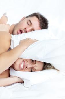 Coppia sdraiata sul letto