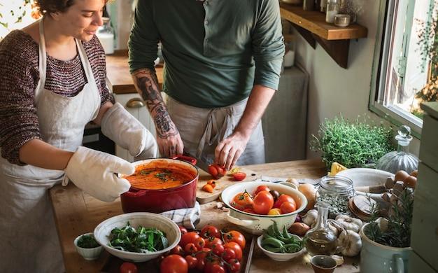 Coppia che prepara una zuppa di pomodoro