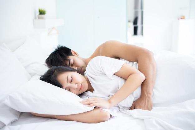 Coppia uomo e donna che dorme in camera da letto