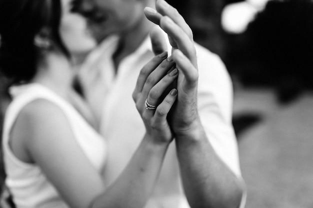 Coppia di uomo e donna che si toccano le mani e si baciano
